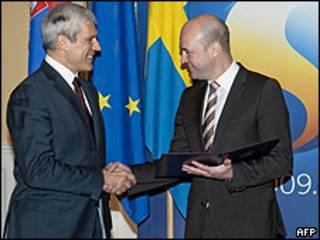 Boris Tadic (der.) y Fredrik Reinfeldt
