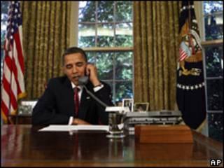 Obama hablando por teléfono en la Casa Blanca. Foto de archivo