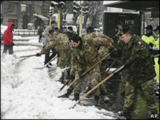Binh lính giúp dọn tuyết ở Milano