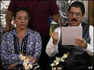 O presidente deposto de Honduras, Manuel Zelaya, e sua mulher, Xiomara Castro, na embaixada brasileira em Tegucigalpa (AP, 14 de novembro de 2009)