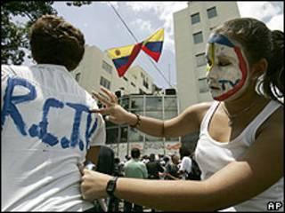 Seguidora de RCTV escribe logo en camiseta de compañera