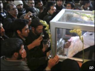 Пришедшие на похороны