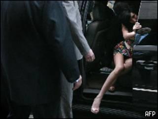 Эми Уайнхаус выходит из суда