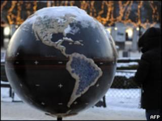 Homem observa exposição sobre o aquecimento global em Copenhague (AFP, 19 de dezembro)