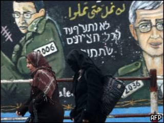رسم لشاليط على جدار بمخيم جباليا في قطاع غزة