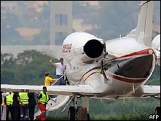 David y Sean Goldman suben a un avión