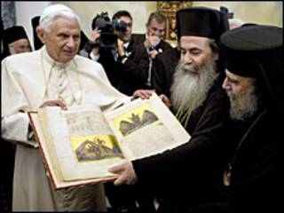 El Papa Benedicto XVI con el Patriarca Ortodoxo Theofilos