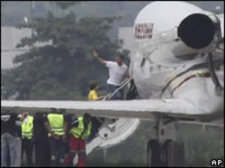 David Goldman e o filho embarcam em avião no Rio de Janeiro (AP, 24 de dezembro)