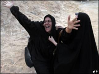 Mulher chora após ataque a bomba em Hilla, a 100 km de Bagdá (AP, 24 de dezembro)