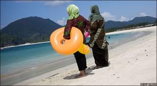 Mujeres en la playa en Aceh, Indonesia