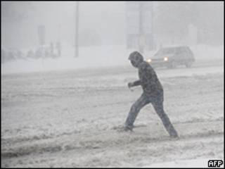 Un hombre camina bajo la nieve en Maryland, EE.UU.