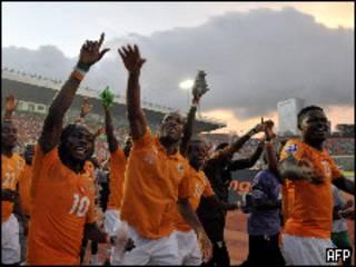 منتخب ساحل العاج بالتأهل إلى كأس العالم