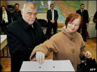Стипе Месяч голосует с женой