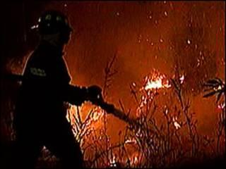 Bombero apaga fuego en Valparaíso Foto: Televisión Nacional de Chile