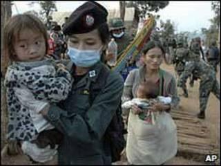 Сотрудник полиции с ребенком народности хмонг на руках