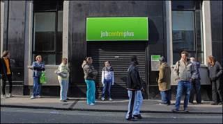 Người xếp hàng bên ngoài một trung tâm việc làm ở Bristol, Anh Quốc