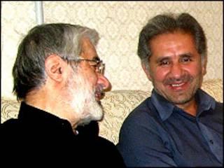 Mir Hossein Mousavi (esq.) ao lado do sobrinho