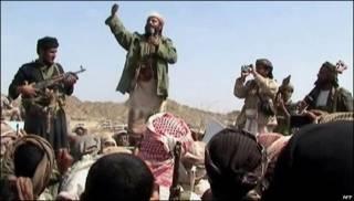 Un hombre que dice ser miembro de al-Qaeda se dirige a un grupo de personas en el sur de Yemen