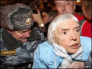 Сотрудники милиции задерживают Людмилу Алексееву на Триумфальной площади в Москве 31 декабря 2009 года