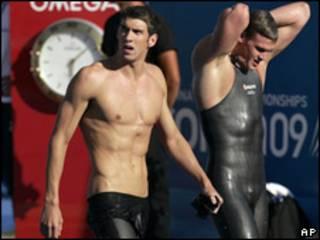 Michael Phelps, izq.