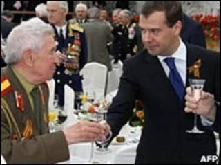 Presidente de Rusia, Dmitri Medvedev, en un brindis de vodka con un veterano de guerra.