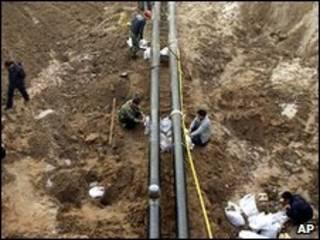 Trabalhadores tentam conter vazamento na China