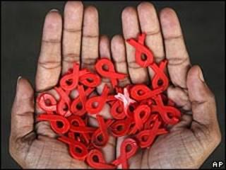 روبان های نشانه بیماری ایدز که به تعداد زیاد در دو دست یک نفر دیده می شوند