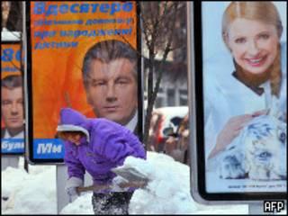 Плакаты с изображением Виктора Ющенко и Юлии Тимошенко на заснеженной улице в Киеве