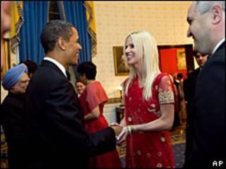"""Una de las """"intrusas"""" saludando a Barack Obama."""