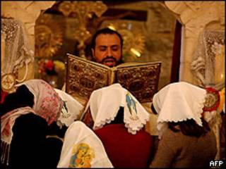 Fieles palestinos en misa ortodoxa en Cisjordania.