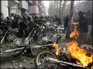 معترضان در روز عاشورا با نیروهای امنیتی درگیر شدند