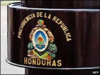 Podio con escudo de la Presidencia de Honduras