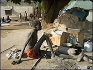 Голодающая женщина в южном Судане
