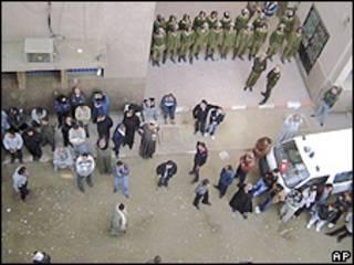 Familiares dos feridos no ataque aguardam notícias em frente a hospital egípcio