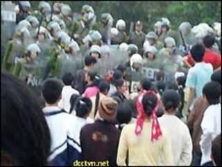 Cảnh lộn xộn ở Đồng Chiêm (ảnh của website Dòng Chúa Cứu Thế)