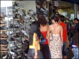 Brasileiros indo às compras