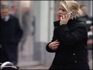 मोबाईल पर बातचीत(फ़ाइल)