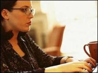 Mujer en su computadora. Foto con modelo