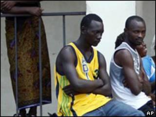 Fanáticos de la selección de Togo fuera del hospital