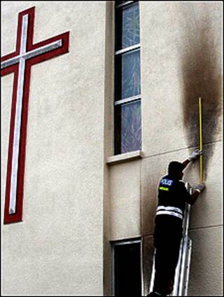 أثر زجاجة حارقة على جدار احدى الكنائس