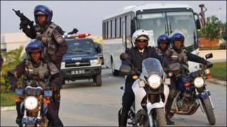 Cảnh sát Angola tháp tùng và bảo vệ xe của đội Bờ Biển Ngà (AP)
