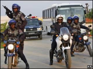 Полиция эскортирует футбольную сборную в Анголе