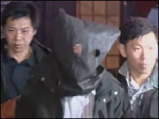 Suspeito oculto sob capuz em Hong Kong