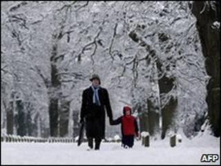 大雪中的行人
