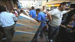 Жители Каракаса скупают электронику