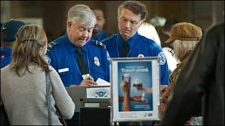 अमरीका में हवाई अड्डे पर सुरक्षाकर्मी
