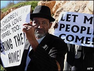 Imigrante etíope protesta em Jerusalém