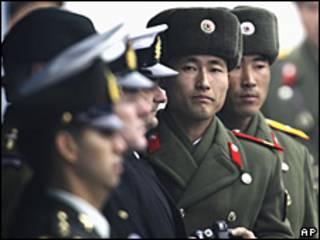 Soldados norcoreanos y estadounidenses