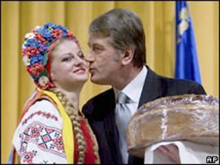Президент Украины Виктор Ющенко целует женщину в украинском национальном платье