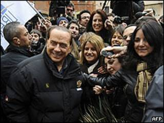 Silvio Berlusconi al salir de su residencia en Roma, 11 enero 2010